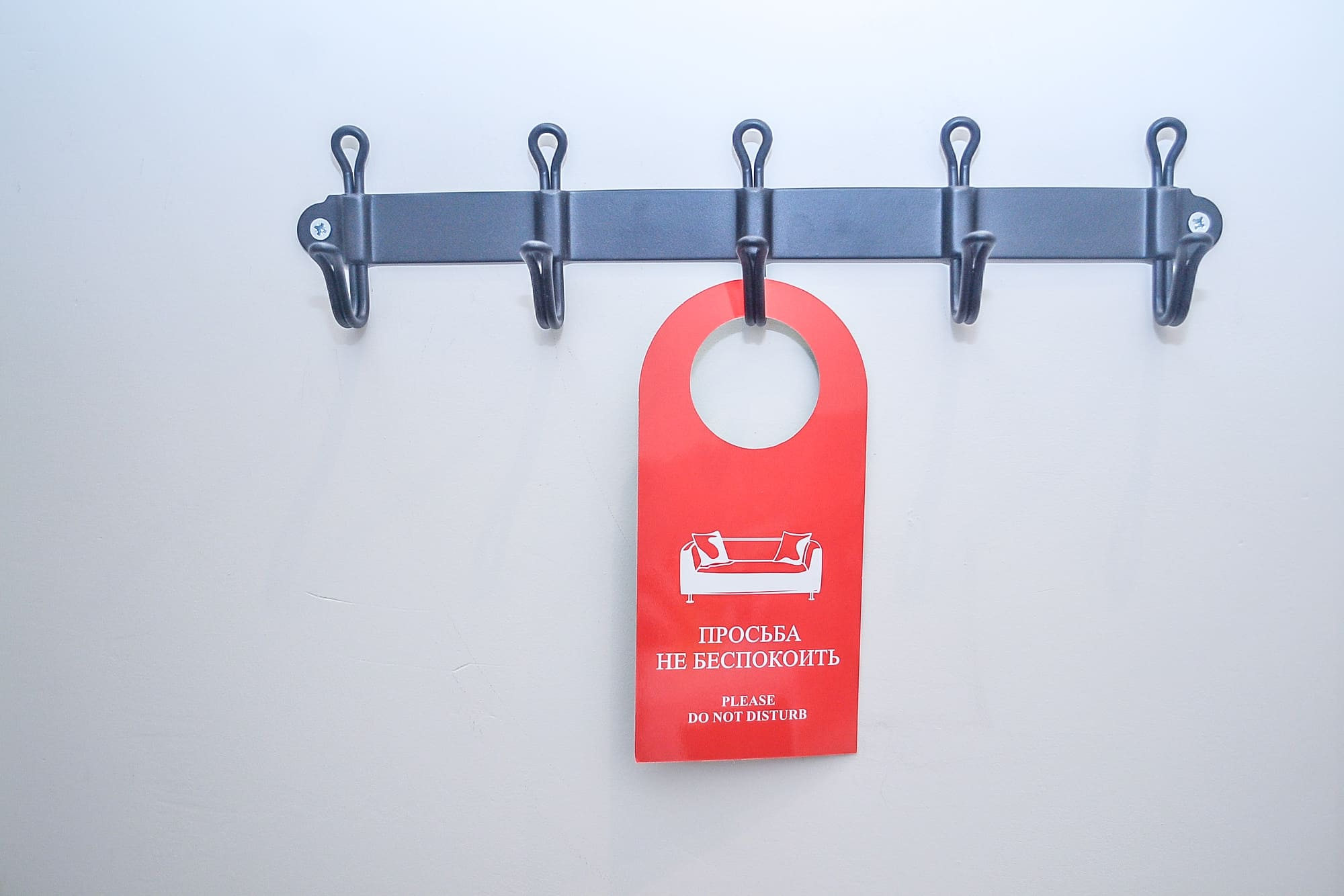 Бытовая техника и предметы интерьера расположенные в каждом номере апарт-отеля VNorke.ru